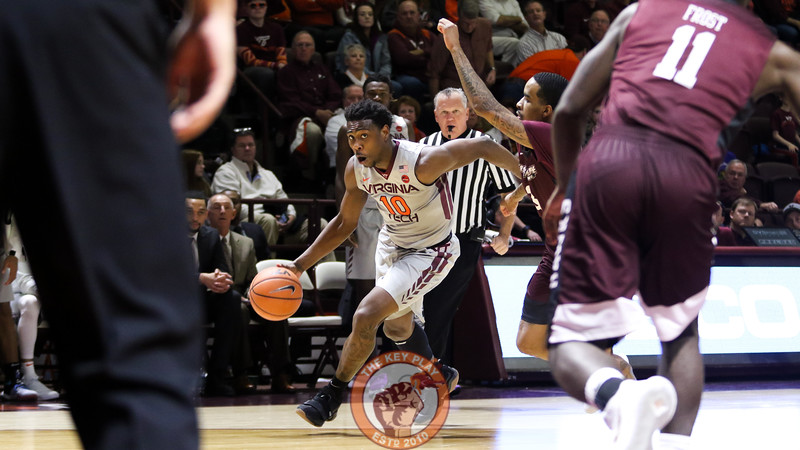 Justin Bibbs dribbles past a defender in the second half. (Mark Umansky/TheKeyPlay.com)