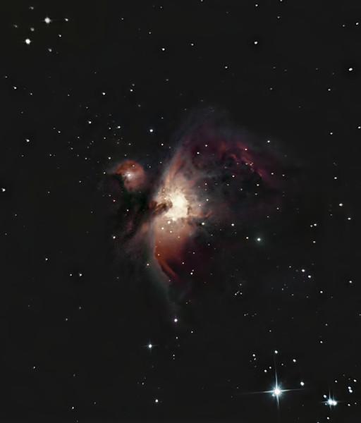 """Mlhovina M42 v Orionu, Olomouc 14. a 18. února 2014. SkyWatcher 130/650 v primárním ohnisku, Canon 350D full spectrum mod., EQ2, 80x30s ISO 800, dark, bias. Je to trochu """"ušmudlané"""", protože jsem z toho musel odstraňovat spoustu světelného znečištění (jak z oblohy, tak """"pochytaného"""" přímo do dalekohledu z okolního veřejného osvětlení), což mimo jiné znamená, že jsem musel obětovat nemalou část použitelných dat (před odstraněním sv. znečištění byly vidět ještě o poznání slabší části mlhoviny), ale i tak je to nepochybně k dnešnímu dni můj nejlepší DSO snímek. CLS filtr bych ale opravdu dost užil..."""