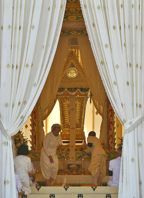 . Queen Mother Monineath Sihanouk (centre L) and King Norodom Sihamoni (centre R) pray during a cremation ceremony of Cambodia\'s late King Norodom Sihanouk in Phnom Penh February 4, 2013.  Tens of thousands of Cambodians gathered on Monday to pay their last respects to former King Norodom Sihanouk, a quixotic and much-loved figure who reigned during the country\'s struggle for independence but was powerless to prevent decades of war. REUTERS/Samrang Pring