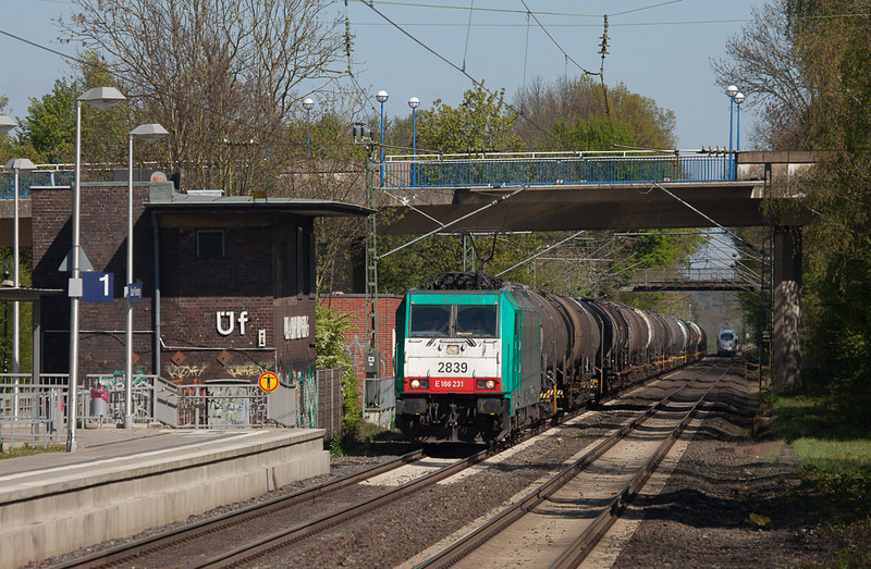 2839 on the chemical tanks 47562 (Ludwigshafen - Antwerp-BASF/B) passes the idled signal box Üf in Übach-Palenberg.