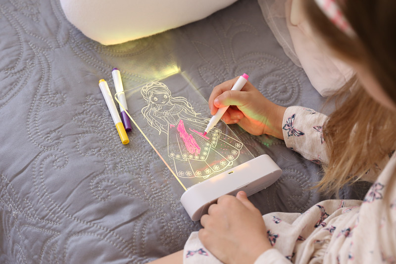 Aloka-ColourMe-LED-Princess-Luminous-distribution-with-Pens-lifestyle-6.jpg