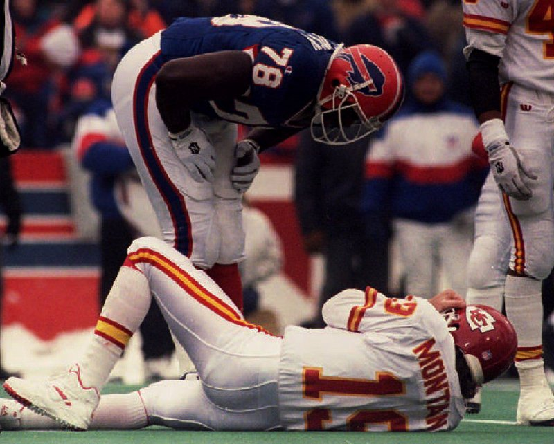 . <p><b> Chiefs at Bills (+3½):</b> <p>Unbeaten Kansas City returns to Western New York, where the Chiefs have not won a game in 29 years. Of course, it could be worse ... at least they don�t have to LIVE in Buffalo. <p>Pick: <b>Chiefs by 5</b> <p>    (Don Emmert/AFP/Getty Images)