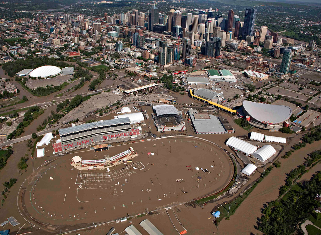. The Bow River overflows its banks into the grounds of Calgary Stampede and Saddledome hockey arena (R) in Calgary, Alberta June 22, 2013.  REUTERS/Andy Clark