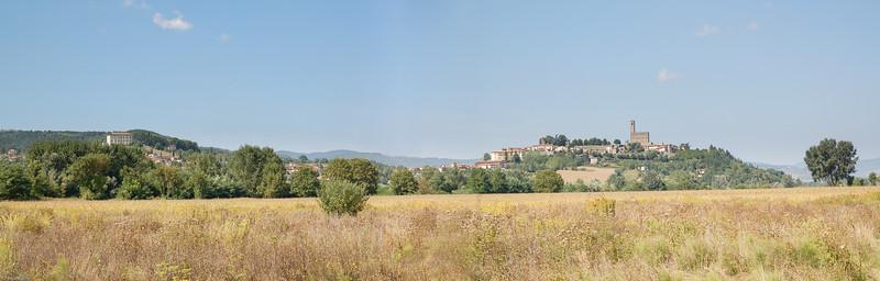 "... weithin sichtbar im ""Casentino"". / ...widely visible in the ""Casentino"" region."