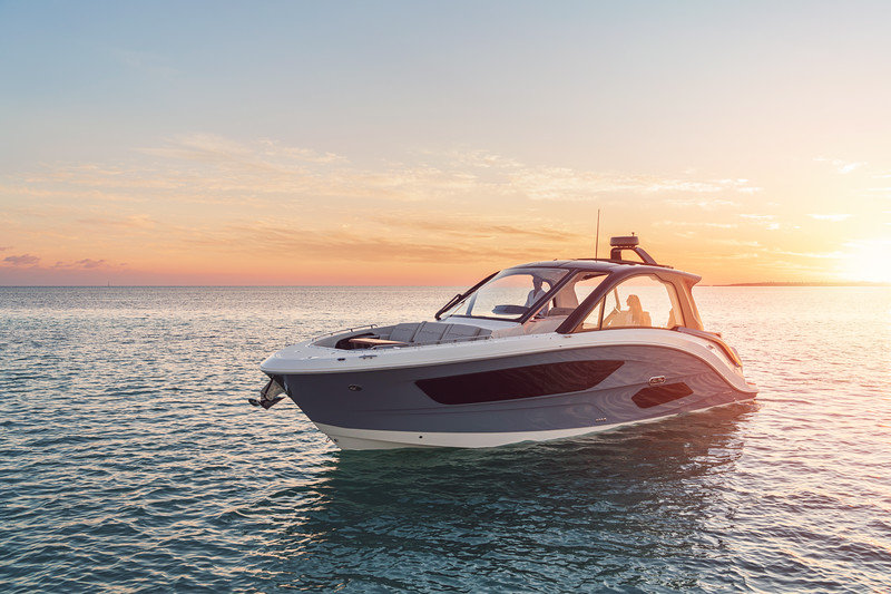 2021-Sundancer-370-Outboard-DAO370-lifestyle-port-bow-three-quarter-couple-sunset-06117-select.jpg
