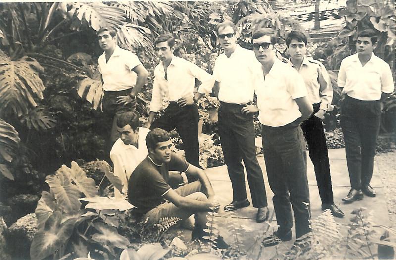 Milicias e tropas na estufa do Dundo Sentado a olhar para a àgua, o Serafim ( futuro marido da Luisa Aragao e Brito) o outro é o Miná e em  frente deste  o Helder e a seguir o Nelson.