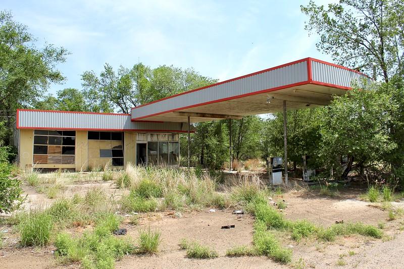 Abandoned service station along Interstate 40 (2018)