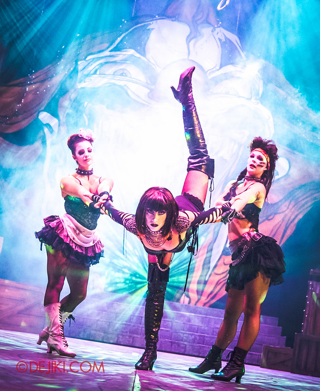 Halloween Horror Nights 6 - Jack's Recurring Nightmare Circus / Jack's girls show off flexibility