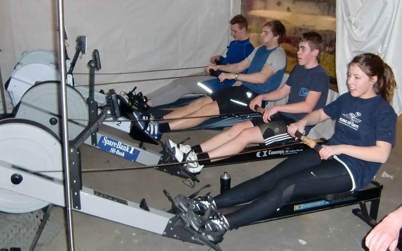 Vinter trening på romaskin i halleteltet i båthallen.