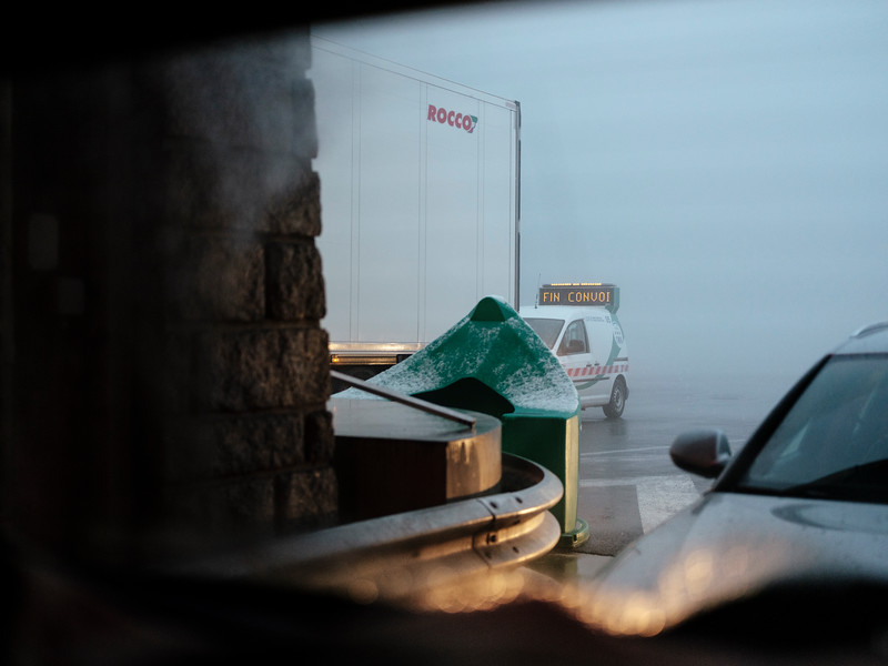 A patrol vehicle signaling the end of a convoy at the tunnel du Mont-Blanc French access - Samuel Zeller for the New York Times