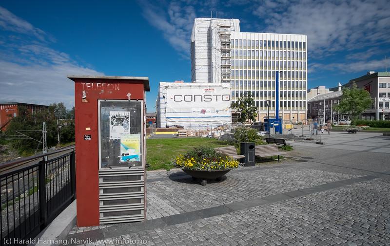 Den gamle telefonkiosken på torget tjener så langt som plakatstativ. Noen steder blir disse innredet som public bibliotekt. 5. august 2016 og Narvik rådhus er i ferd med å bli avdekket (eller avduket) etter flere måneder restaurering.