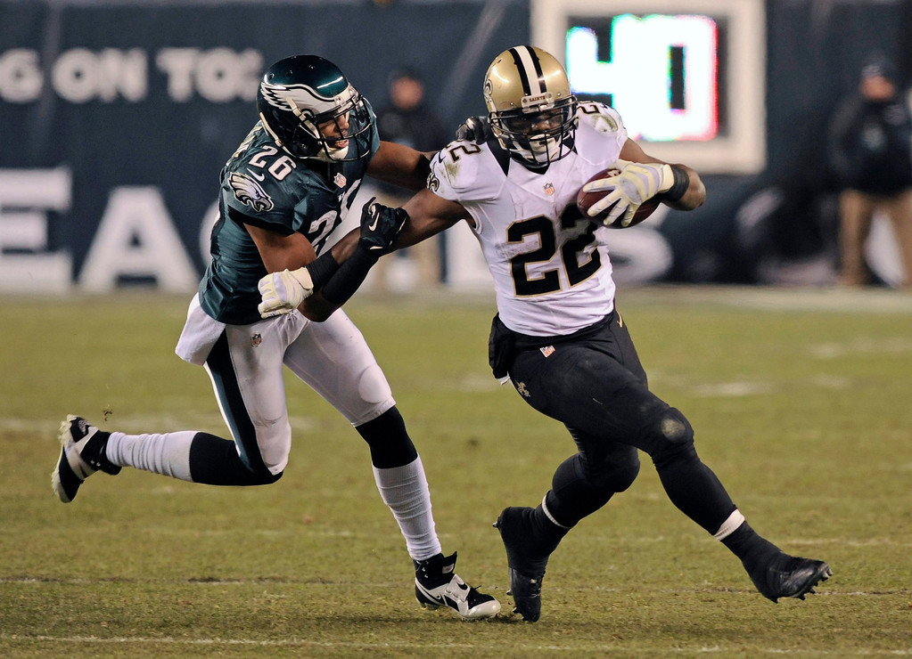 . epa04008530 Philadelphia Eagles player Cary Williams (L) tackles New Orleans Saints player Mark Ingram (R) in the first half of their NFL Wildcard game at Lincoln Financial Field in Philadelphia, Pennsylvania, USA, 04 January 2014.  EPA/PETER FOLEY