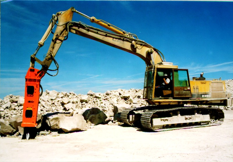 NPK E225 hydraulic hammer on Cat excavator at Marblehead quarry (7).JPG