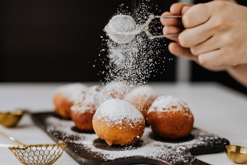 kaboompics_Homemade Polish doughnuts with cherry filling, covered with powdered sugar. Traditional speciality on Fat Thursday in Poland..jpg