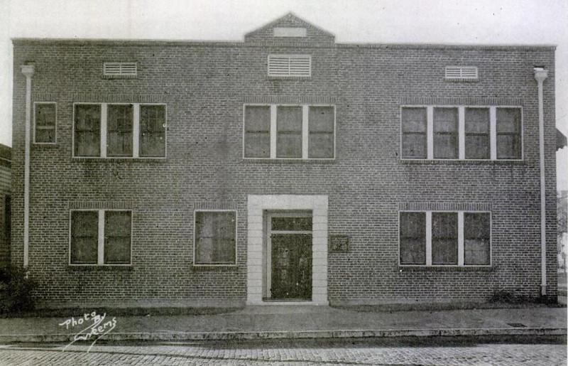 Black-Dr I E Williams Office and Residence - 102 E Union St.jpg
