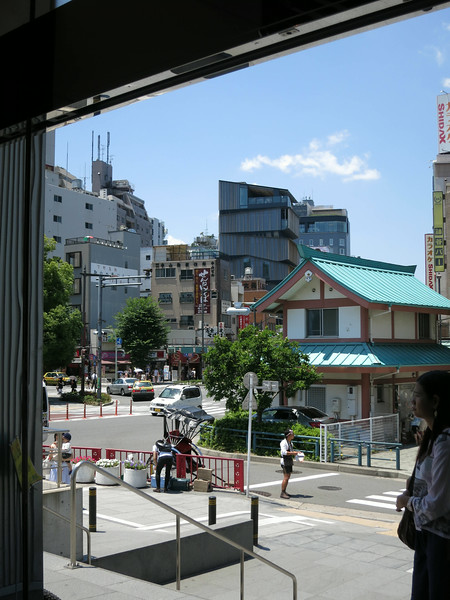 From the boat pier/Metro Station, we saw Kaminarimon Dori (road with the white van).