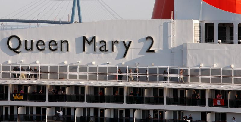 Queen Mary 2 Detail mit Menschen und Köhlbrandbrücke