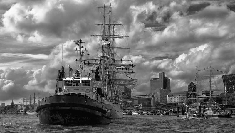 Hafengeburtstag Hamburg Schlepperbugsier 19 mit Gorch Fock schwarz-weiß