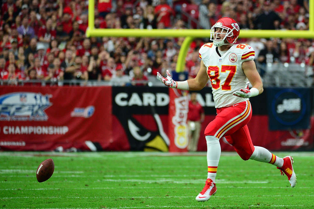 . GLENDALE, AZ - DECEMBER 07:  Tight end Travis Kelce #87 of the Kansas City Chiefs misses a pass in the first half of the NFL game against the Arizona Cardinals at University of Phoenix Stadium on December 7, 2014 in Glendale, Arizona.  (Photo by Jennifer Stewart/Getty Images)