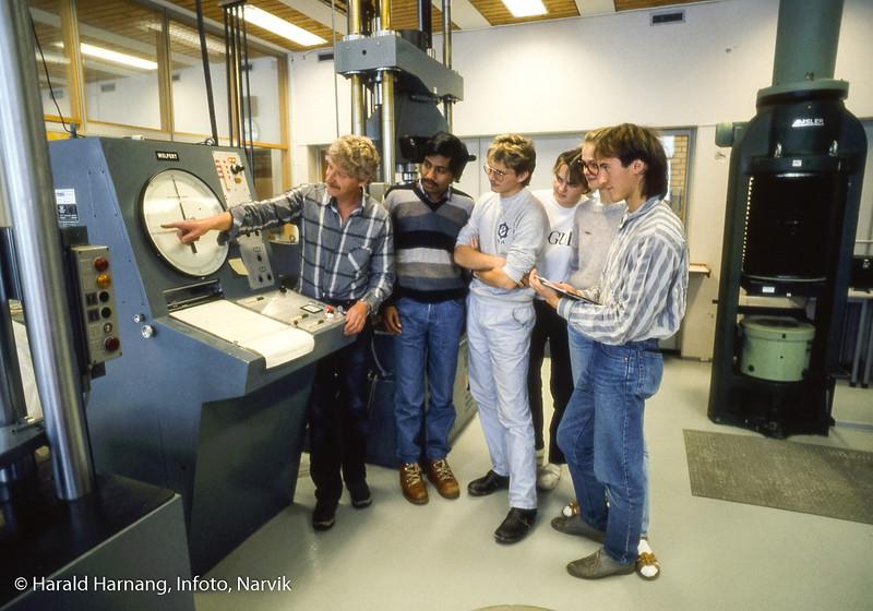 Materialprøvelab. Narvik ingeniørhøgskole. Bilde tatt til slides-serie for å promotere skolen i ulike sammenhenger.