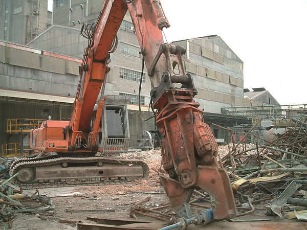 NPK M28K demolition shear on Hitachi excavator-steel cutting.jpg