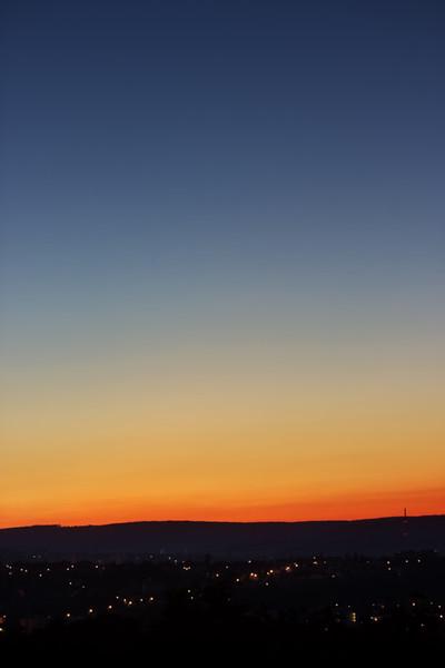 Šel jsem původně fotit kometu C/2020 F3 Neowise, ale špatně jsem odhadnul čas, kdy je vhodné ji fotit, aby nebyla moc nízko a současně nebyla obloha moc světlá. Tohle je tedy nakonec prozatím jediná fotka, kde se mi ji podařilo zachytit. Je tu vidět velmi špatně (a navíc ji rozmazala JPEG komprese), takže následuje verze, na které je 100% výřez.