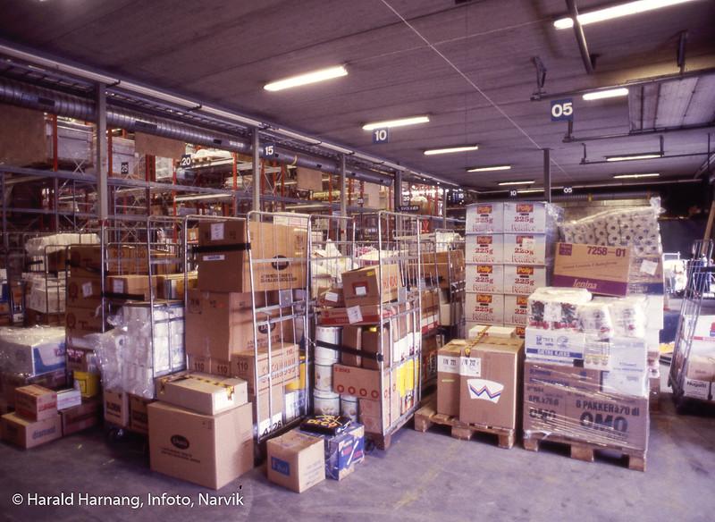 Bilde tatt i forbindelse med dias-program om Kr. Hansen Engros. Varer plukket i containere, klar for pakking i biler.