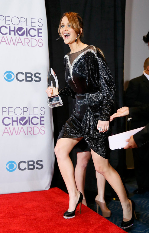 . Jennifer Lawrence arrives backstage with the award for favorite movie actress at the 2013 People\'s Choice Awards in Los Angeles, January 9, 2013.     REUTERS/Danny Moloshok