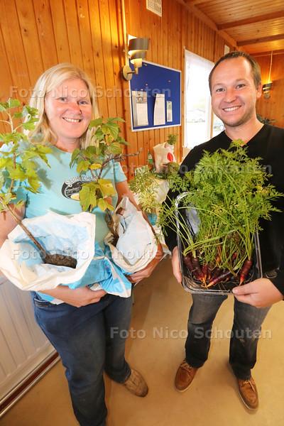 Bij Tuinvereniging Seghwaert worden plantjes en stekjes geruild. coördinator Miranda Buter en complexbeheerder Bastiaan Zwier met hun ruilwaar - ZOETERMEER 18 OKTOBER 2015 - FOTO NICO SCHOUTEN
