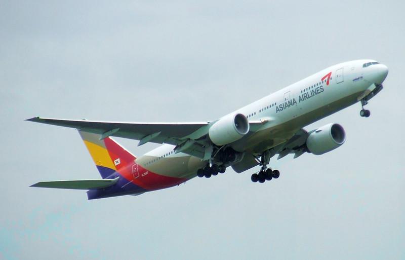 Asiana Airlines Boeing 777-28EER HL7597
