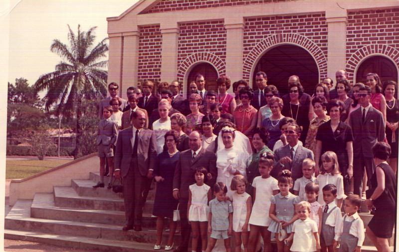 Nucha Barata em frente à Maria Lurdes Veloso Ressurreição, a Fatima Fraga , Luís Manuel Fraga, casal Firmino, sra do Alberto Alberto, Elizabeth ( loira) e pai Lopes