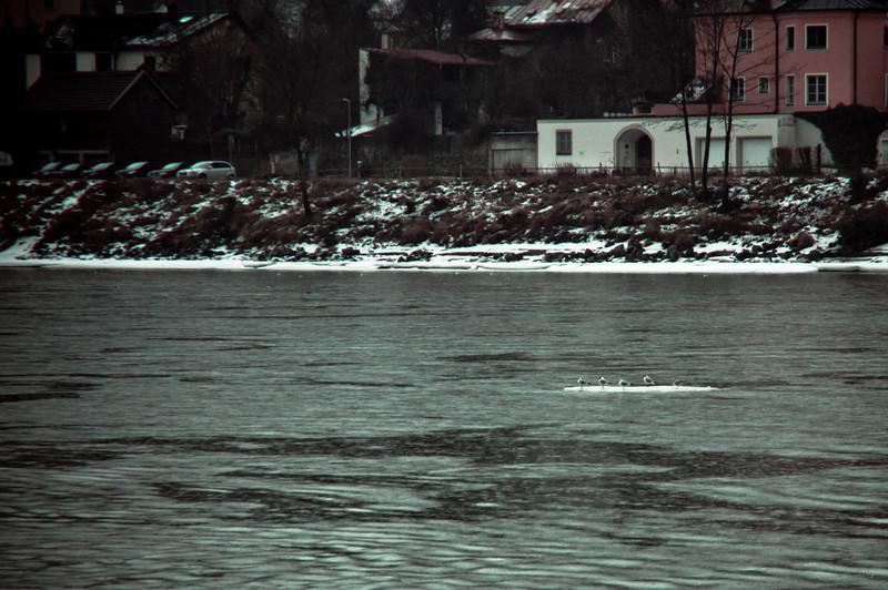 Die kämpften sich auf einer Eisscholle durch die stürmische See ,-)