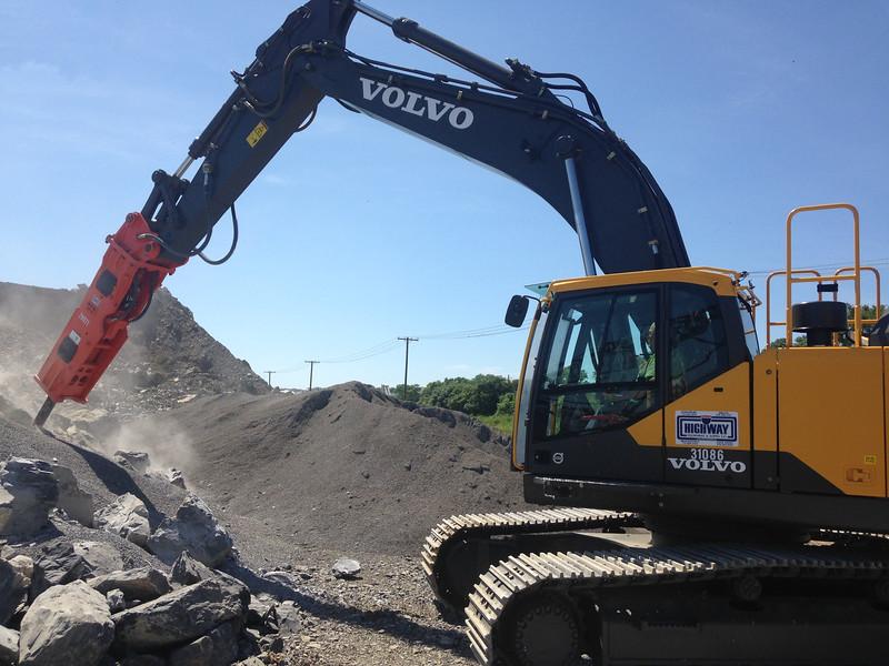 NPK GH15 hydraulic hammer on Volvo EC380EL excavator (14).JPG