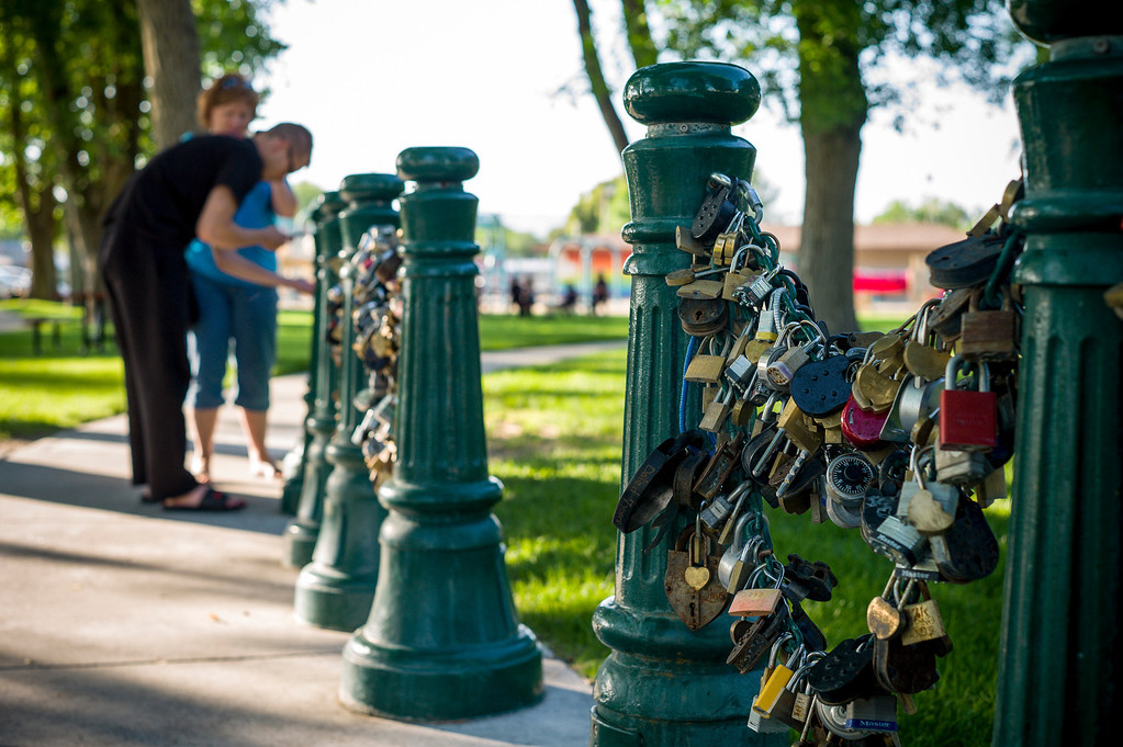 . A couple adds to the 4,850 locks which adorn the fence behind the courthouse in Lovelock, Nevada.  The tradition is that lovers lock their love together at Lovelock, but the town more recently has become known as the current home of OJ Simpson who was transferred to prison just outside of town.     (Photo by David Crane/Los Angeles Daily News.)