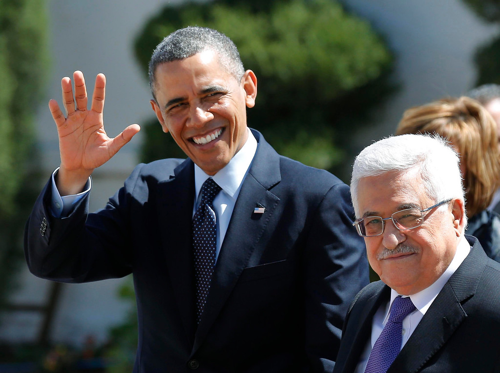 . U.S. President Barack Obama (L) and Palestinian President Mahmoud Abbas participate in an arrival ceremony at the Muqata Presidential Compound in the West Bank City of Ramallah March 21, 2013.     REUTERS/Larry Downing