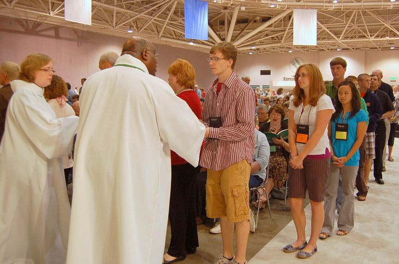 Bishop Gregory Palmer distributing Holy Commumion.