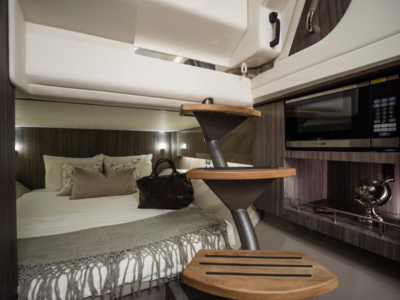 2020-SLX-R-400-e-Outboard-aft-berth-001.jpg