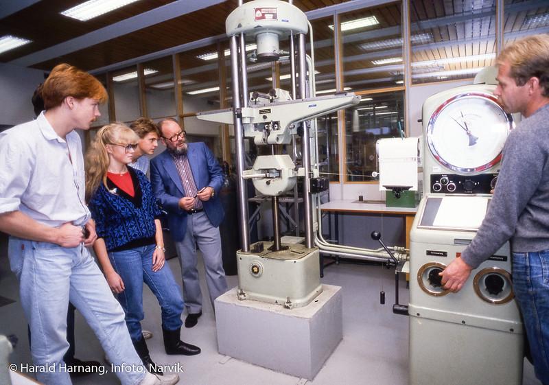 Dette er maskinklassen som gikk ut i 1988. Demonstrasjon av strekkprøving. Geir, Lillian og Lyder. Lærer Kjell Fostervold og lablingeniør Arvid Hammarstrøm. Bilde tatt til slides-serie for å promotere skolen i ulike sammenhenger.