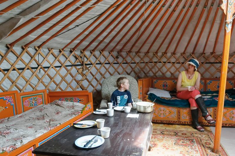 Hier gibt es eine Erfrischung (mongolischer Tee) und später das grosse Mittagessen.