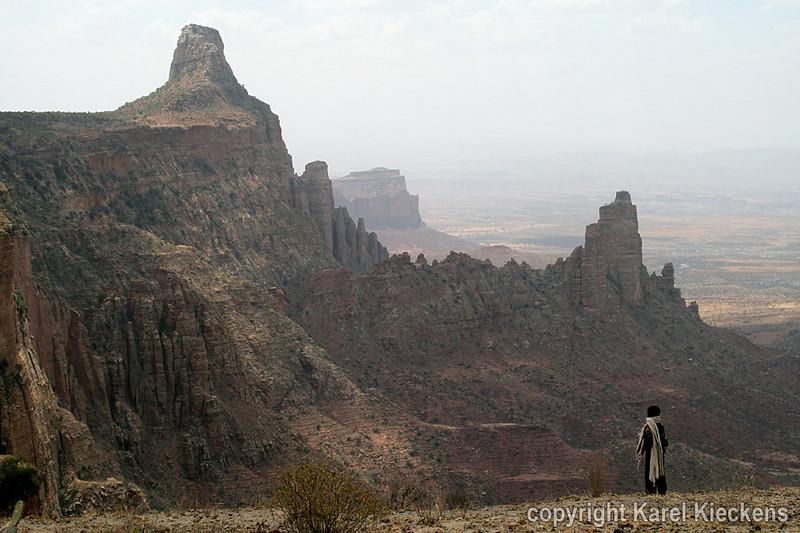 29.Afdaling van Maryam Korkor.Westelijk zicht, op de rotsen van Abuna Yemata Guh.JPG