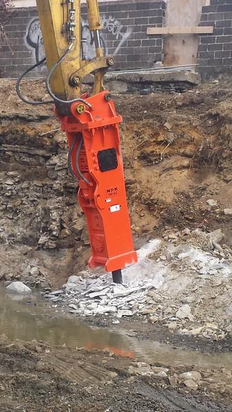 NPK GH40 hydraulic hammer on Komatsu excavator (10).jpg