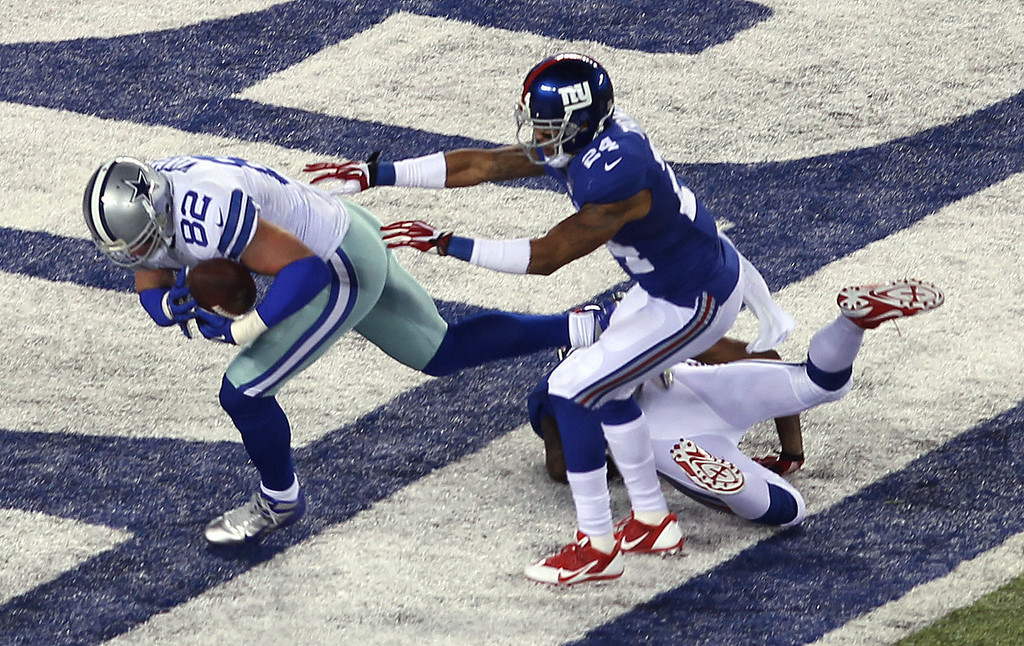 . Dallas Cowboys tight end Jason Witten, left, scores a touchdown as New York Giants cornerback Terrell Thomas, center, and free safety Will Hill defend on the play during the first half of an NFL football game Sunday, Nov. 24, 2013, in East Rutherford, N.J. (AP Photo/Peter Morgan)