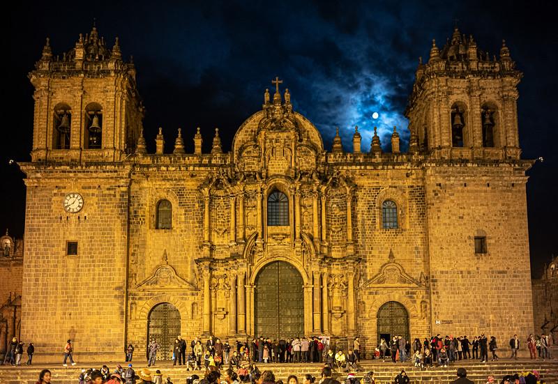 moon over Basilica Catedral de Cusco.jpg