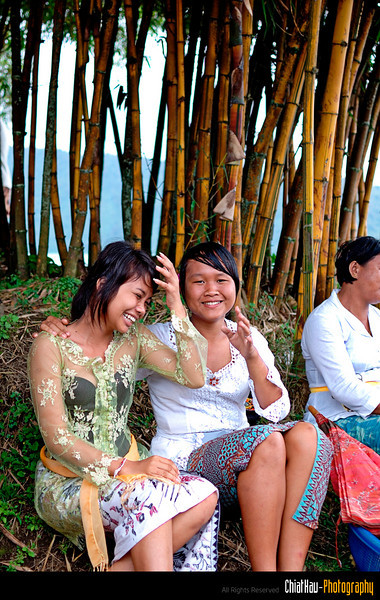 """and then the 2nd lady grab another of her friend and keep telling me that """"She is pretty, take her photos"""" (That caused her friend to get shy as well) :""""P"""