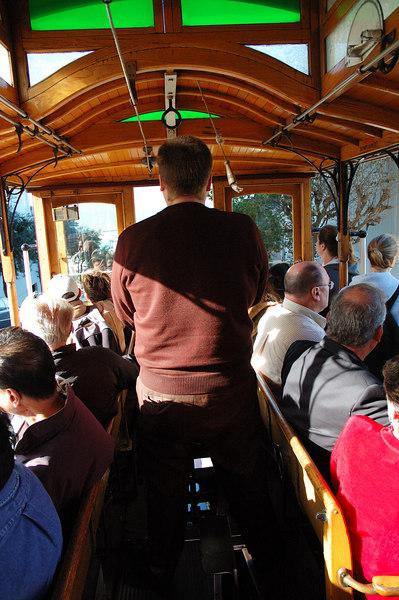 繼續登上cable car往Fisherman's Wharf前進,幫駕駛員來張特寫(可惜沒辦法拍正面的)