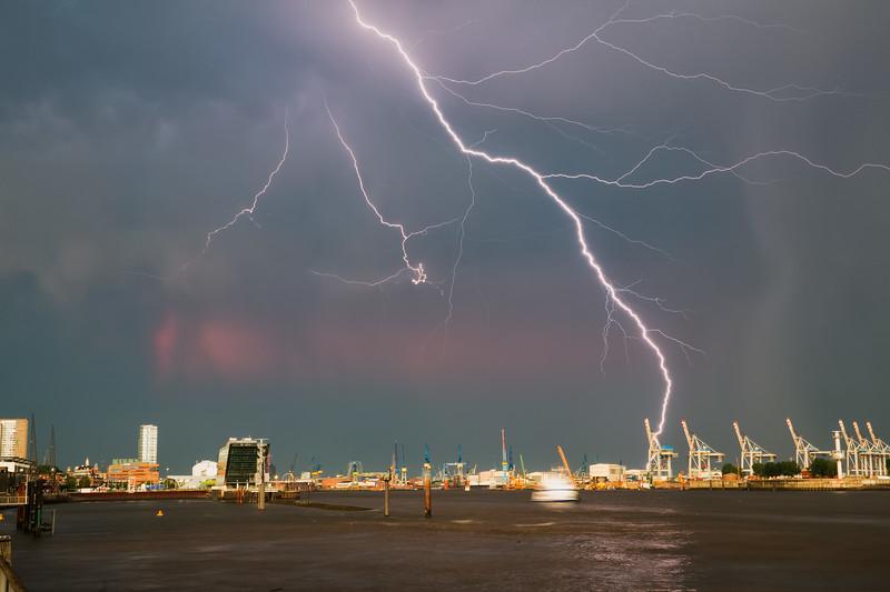 Hamburger Hafen mit Blitz Gewitter