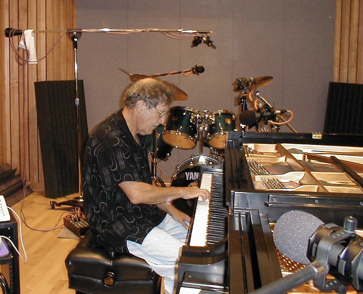 Larry Lebin in a rare appearance on the piano... jamming in the Maple Room. August 18 1999.