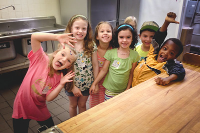 kindergartners at pizza cutter