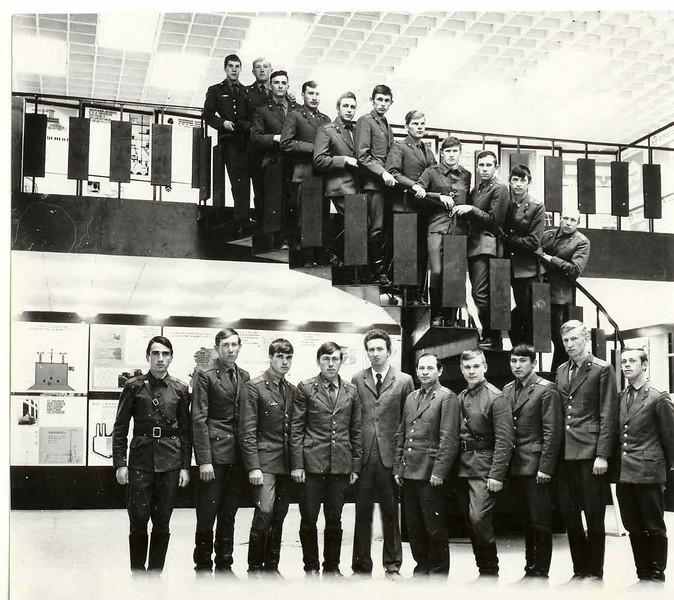 Офицеры Округа на экскурсии по строительной Выставке.В центре-Л.Пикус.