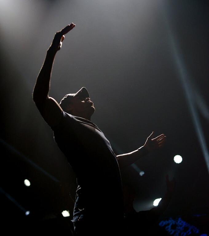 . Enrique Iglesias sings at Jingle Ball. (Pioneer Press: Chris Polydoroff)